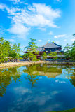 Отражение v озера строб входа Daibutsuden Ro-понедельника Стоковые Фотографии RF