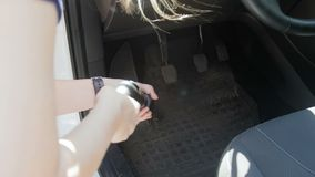V?deo de movimento lento da jovem mulher que usa o hoover para limpar seu carro interior da poeira e da sujeira Limpeza f?mea do  video estoque