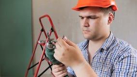V?deo de movimento lento do close up do construtor masculino de sorriso do ir do trabalhador no capacete de seguran?a vermelho qu vídeos de arquivo