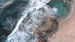 V?deo desde arriba Opini?n a?rea de la costa de mar El volar sobre la costa costa Paisaje Mar Mediterr?neo y la costa Chipre Ciud almacen de video