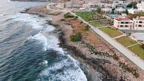 V?deo desde arriba Opini?n a?rea de la costa de mar El volar sobre la costa costa Paisaje Mar Mediterr?neo y la costa Chipre Ciud metrajes