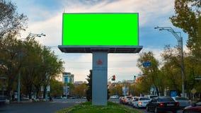 v?deo do lapso de tempo 4K Quadro de avisos de propaganda com a tela verde com carros do tráfego e povos na perspectiva do vídeos de arquivo