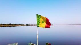 v?deo 4K de la bandera de Senegal en el barco que agita en el cielo azul metrajes