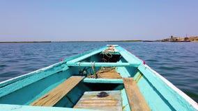 v?deo 4K de los flotadores azules y blancos de madera de la canoa en superficie del agua almacen de metraje de vídeo