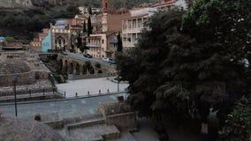 V?deo a?reo Centro velho de Tbilisi de cima de Opinião superior do zangão em banhos do enxofre na capital de Geórgia vídeos de arquivo