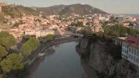 V?deo a?reo Centro velho de Tbilisi de cima de Opini?o superior do zang?o na parte hist?rica da cidade Rio de Kura ou de Mtkvari  video estoque
