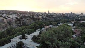 V?deo a?reo Viejo centro de Tbilisi desde arriba Opini?n superior del abej?n sobre la parte hist?rica de la ciudad almacen de video