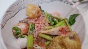 V?deos da vista superior dos macarronetes tradicionais tailandeses Yentafo ou Iene-Ta-FO e os hashis, que o menu famoso do alimen video estoque