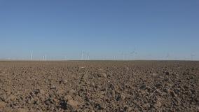 V?derkvarnar vindturbiner, ?kerbruk makt f?r generator f?r vetef?lt, elektricitet royaltyfri foto