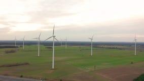 V?derkvarnvindkraftteknologi - flyg- surrsikt p? vindkraft, turbinen, v?derkvarnen, energiproduktion - gr?splan arkivfilmer