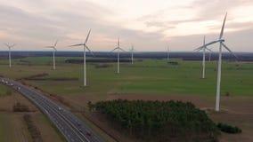 V?derkvarnvindkraftteknologi - flyg- surrsikt p? vindkraft, turbinen, v?derkvarnen, energiproduktion - gr?splan lager videofilmer