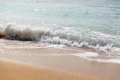 V?g som plaskar p? en strand close upp arkivbild