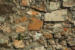 V?gg som g?ras av grova stenar som bildar en ovanlig bakgrund royaltyfri bild