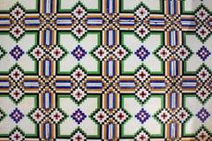 V?ggbakgrund f?r keramiska tegelplattor Yttre garnering av det gamla huset i Portugal arkivbild