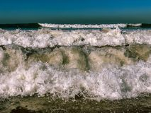 V?gor av Atlanticet Ocean som bryter p? sandstranden p? Agadir, Marocko arkivbilder