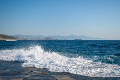 V?gor klippte igenom pir, v?gorna st?rer med simning som var os?ker p? stranden, farliga v?gor royaltyfri bild
