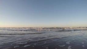 v?gor p? kusten av stranden Avslappnande och lugna sammanhang Italiensk strand och hav stock video