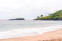 V?gor som bryter p? en vit sandoskuldstrand p? Bali fotografering för bildbyråer