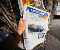 V het kopen Le Figaro kranten voorpagina met het beeld van onlangs verkozen Franse voorzitter Emmanuel Macron Stock Foto