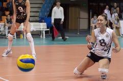 V. Kuzyakina (8) miss en boll Arkivfoton