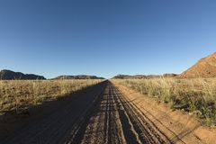 V?l anv?nd dammig ?kenv?g till ingenstans Sydliga Namibia Omge f?r berglandskap arkivfoton