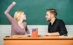 V?ld och pennalism Kommunikation mellan gruppkompisar Kamratskap och f?rbindelse Kompromissl?sning h?gskola royaltyfri foto