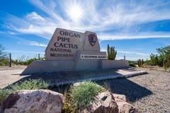 V?lkommet tecken till monumentet f?r kaktus f?r organr?r den nationella i den Sonoran ?knen i extremt sydligt arkivbild
