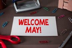 V?lkomnande Maj f?r textteckenvisning Det begreppsmässiga fotoet som välkomnar den femte månaden av året betraktade vanligt, somm royaltyfria foton
