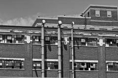 V llevado, roto y olvidado de la fábrica urbana abandonada - Foto de archivo
