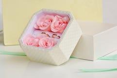 V.N.-in dozen doet van trouwringen vanuit een invalshoek 2 Royalty-vrije Stock Foto's