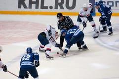 V Nedorost (13) och A Rybakov (12) på faceoff Royaltyfri Bild