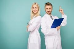 V?nliga man- och kvinnligdoktorer doctors det lyckliga medicinska laget arkivfoton