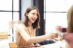 V?nner firar med rostat br?d och finka i restaurang arkivfoto