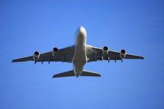 Vôo A380 baixo Foto de Stock Royalty Free