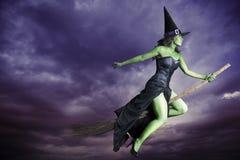Vôo da bruxa de Halloween no broomstick Fotos de Stock