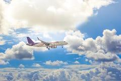 Vôo do avião no céu foto de stock royalty free
