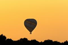 Vôo do balão de ar quente no nascer do sol Fotografia de Stock