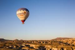 Vôo do balão de ar quente no nascer do sol Foto de Stock Royalty Free