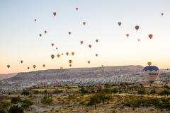 Vôo do balão de ar quente no nascer do sol Foto de Stock
