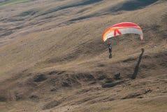 Vôo do Paraglider sobre montanhas Foto de Stock