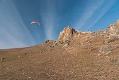 Vôo do Paraglider sobre montanhas Imagens de Stock