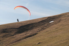Vôo do Paraglider sobre montanhas Fotos de Stock Royalty Free