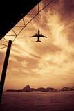 Vôo dos aviões sobre o mar Imagens de Stock Royalty Free