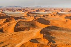 Vôo sobre o deserto de Sossusvlei em Namíbia Imagens de Stock