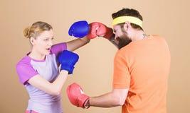 V?r uppv?rmning ?r din utarbetar sportswear slagsm?l Lycklig kvinna och sk?ggig mangenomk?rare i idrottshall Knockout och energi  arkivbild