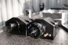 Várias ferramentas para a instalação de manufatura com as máquinas do torno do CNC Máquina de trituração do CNC para trabalhar e  imagem de stock