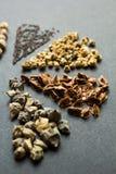 V?rias sementes no fundo preto Foco seletivo fotografia de stock