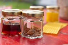 V?rios produtos tais como o propolis, placas da cera do mel contra o fundo borrado fotografia de stock royalty free