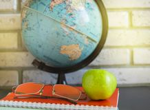 V?rld teacher' s-dag p? skola Stilleben med b?cker, jordklot, Apple, exponeringsglas, solljus arkivbilder