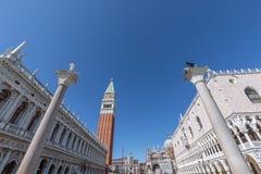 V?rldar mest h?rlig fyrkant San Marco Piazza San Marco Sikt av de ber?mda kolonnerna, doges slott Palazzo Ducale och St arkivfoto